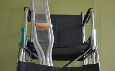 Nueva silla de ruedas y muletas para acompañamiento a personas con discapacidad.