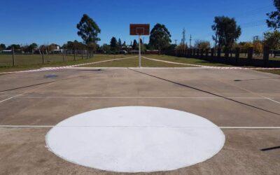 Tareas de pintura en la cancha de básquet del Polideportivo municipal «El aguara».